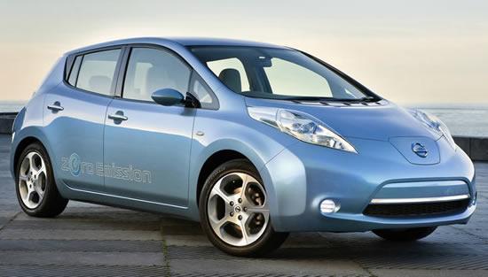 O Nissan Leaf foi o primeiro vehículo con enchufes.